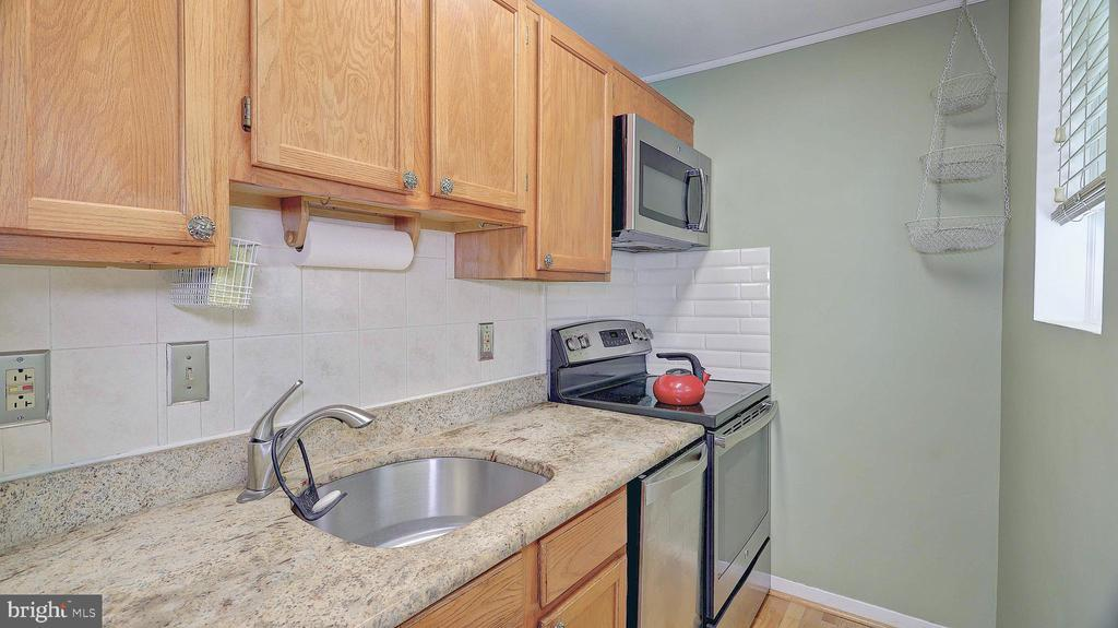 Re-modeled kitchen with stainless-steel appliances - 1821 N RHODES ST #4-263, ARLINGTON
