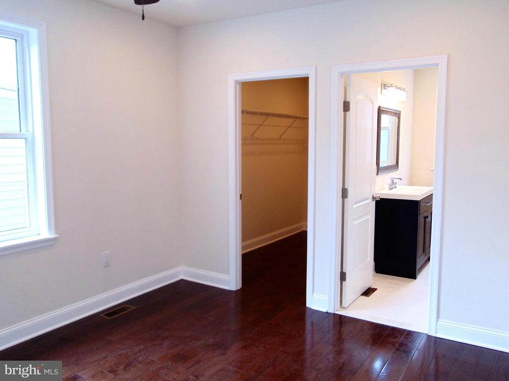 2nd bedroom with walk in closet and J&J Bathroom - 5710 4TH ST NW, WASHINGTON