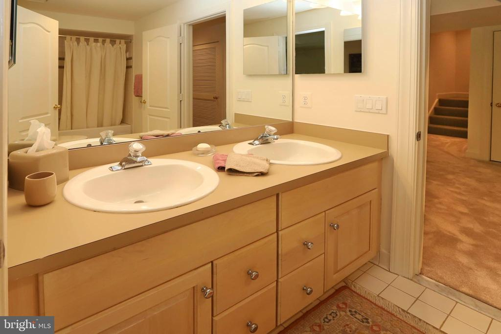 Full bath, accessed from the rec room and bedroom - 11331 BRIGHT POND LN, RESTON