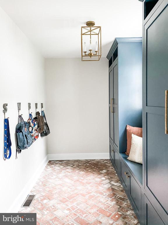 Picture perfect mudroom with cubbies and storage. - 37175 ADAMS GREEN LN, MIDDLEBURG