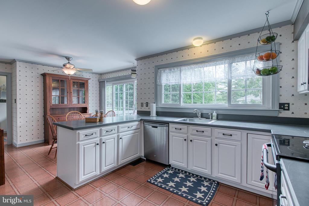 Open kitchen and breakfast nook. - 14 STEEPLECHASE RD, FREDERICKSBURG