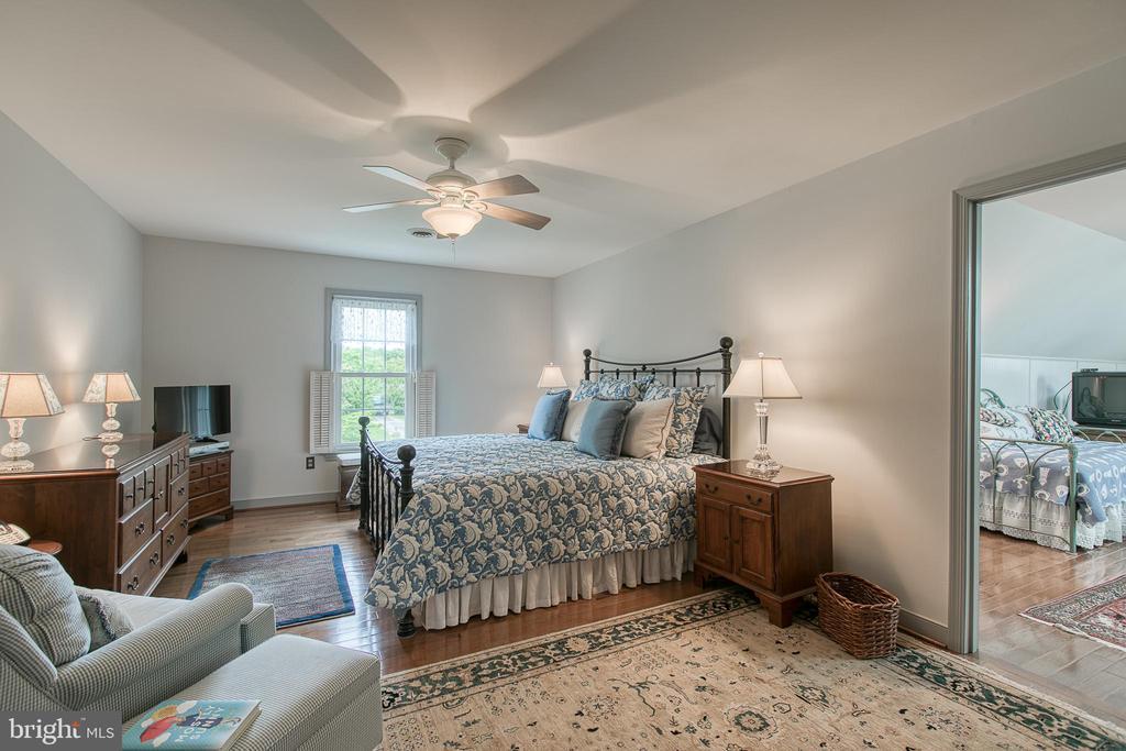 Large master bedroom with beautiful hardwood floor - 14 STEEPLECHASE RD, FREDERICKSBURG