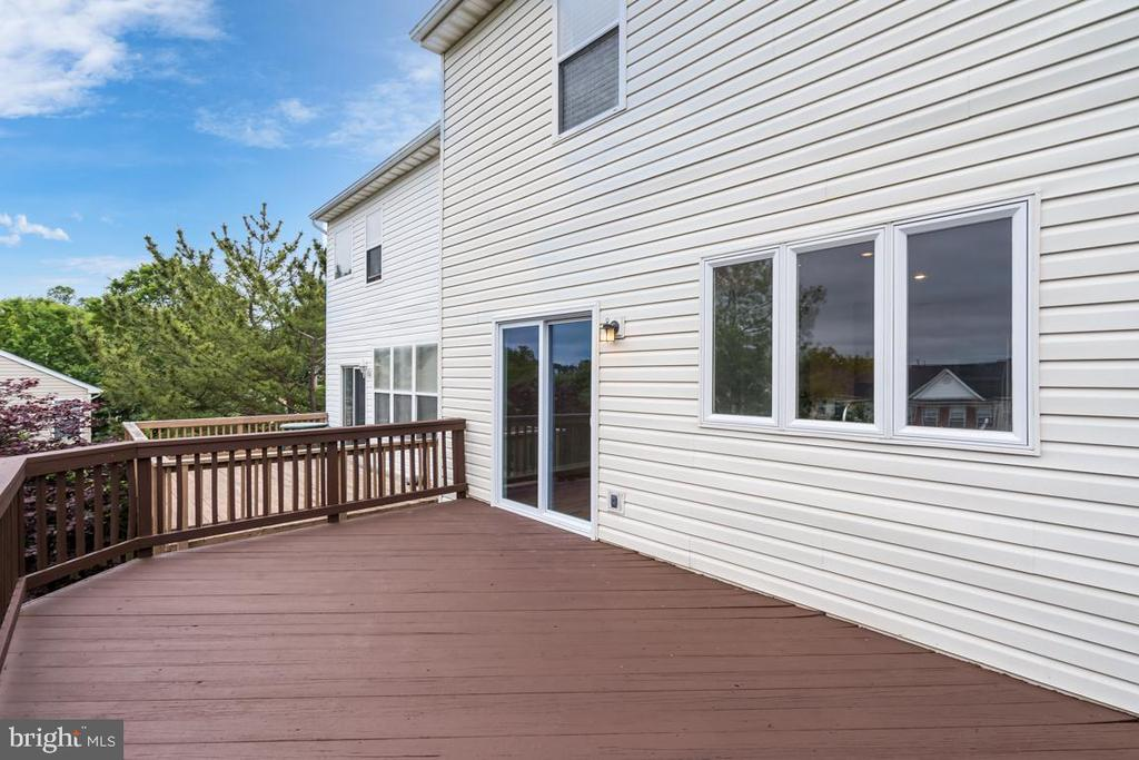 Plenty of space for relaxing! Newly Stained! - 5266 BALLYCASTLE CIR, ALEXANDRIA