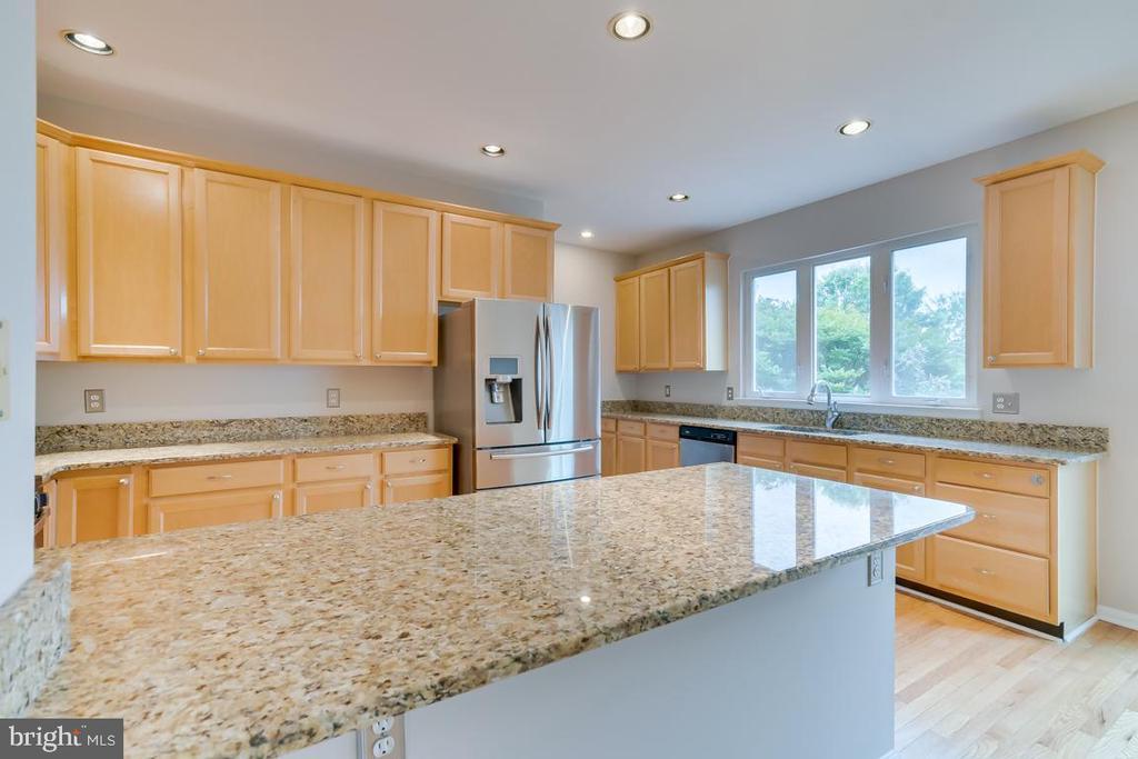 Granite Countertops and Abundant Cabinet Space! - 5266 BALLYCASTLE CIR, ALEXANDRIA