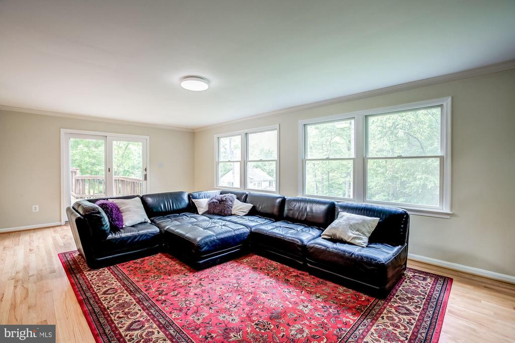 Large family room off kitchen with door to deck - 11012 BURYWOOD LN, RESTON
