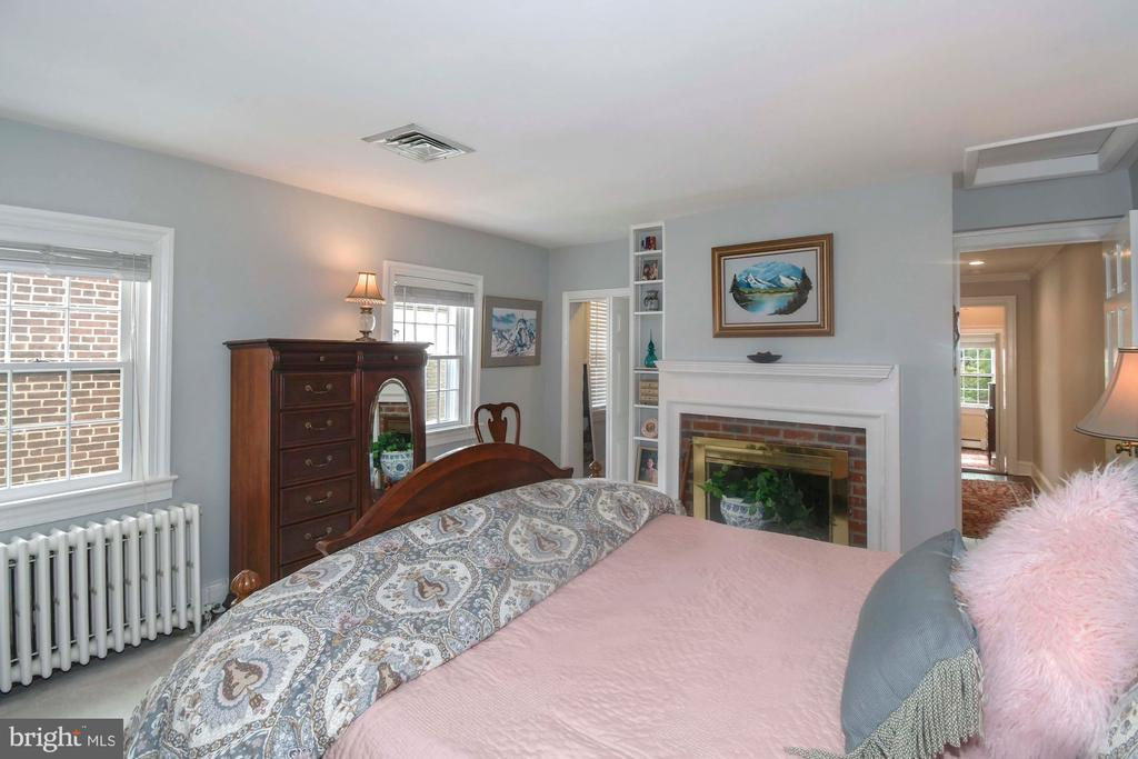 A generous master suite with fireplace and WIC - 223 N ROYAL ST, ALEXANDRIA