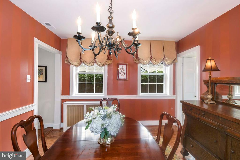 A bright dining room overlooks the side walk-way - 223 N ROYAL ST, ALEXANDRIA