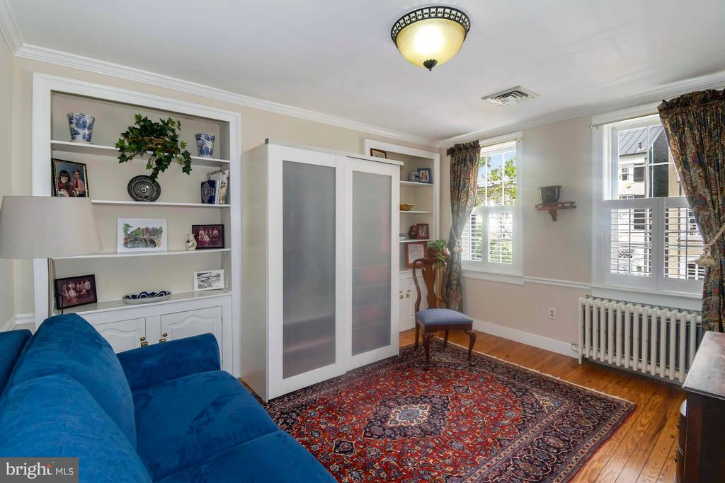 Sunny sitting room/3rd BR with en suite full bath - 223 N ROYAL ST, ALEXANDRIA