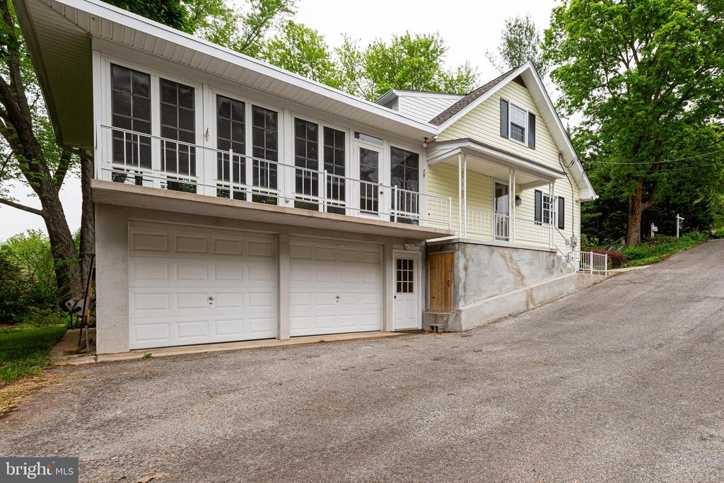 Oversized two car garage - 4510 TIMBERY DR, JEFFERSON