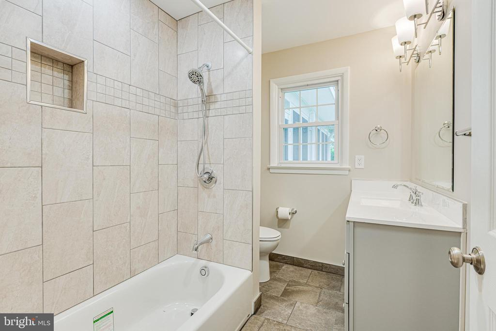 Brand new  main level full bath - 4510 TIMBERY DR, JEFFERSON