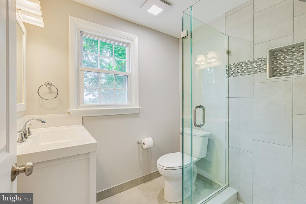 Brand new upper level bath - 4510 TIMBERY DR, JEFFERSON