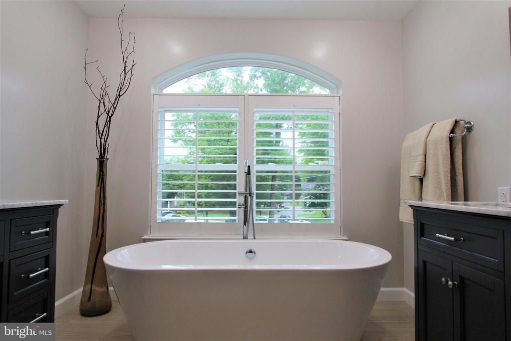 Soak tub - 7613 DWIGHT DR, BETHESDA
