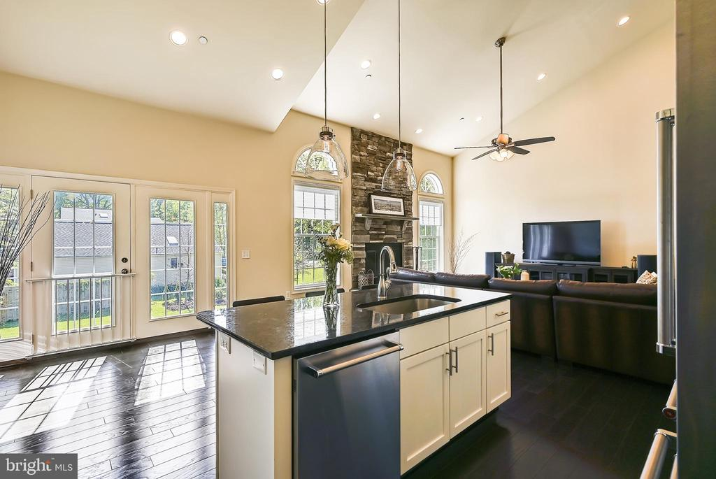 Open floor plan and soaring ceilings - 3428 COHASSET AVE, ANNAPOLIS