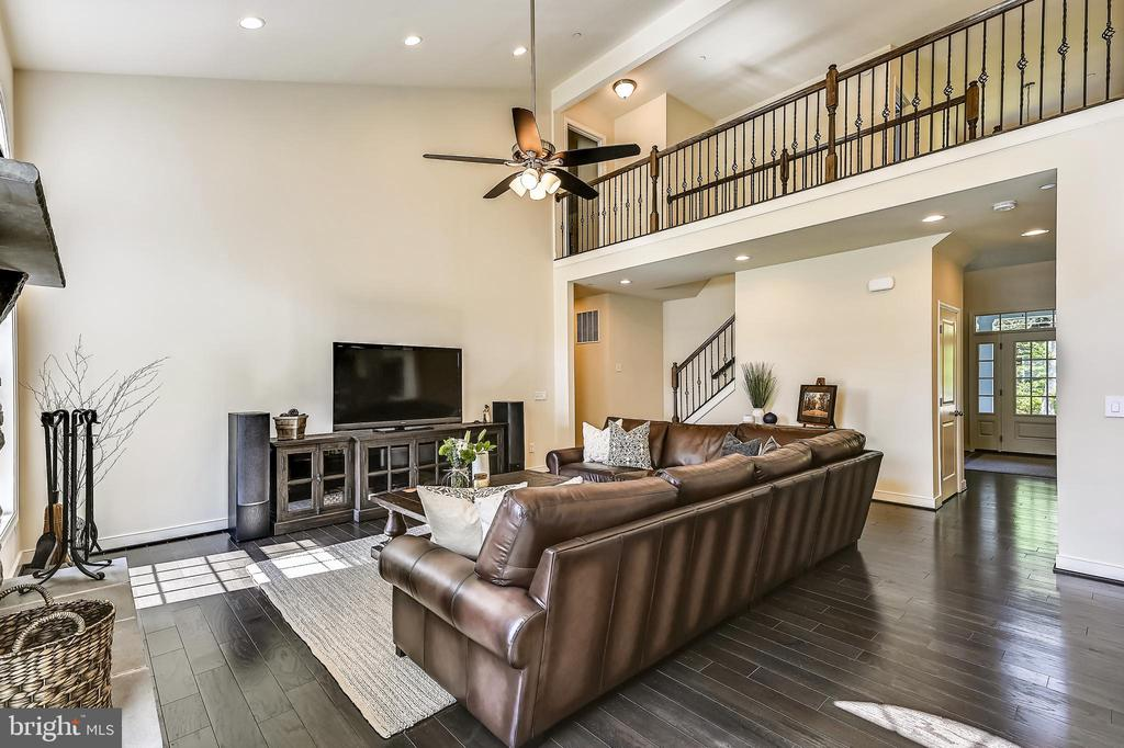 Two story ceilings open to upper level - 3428 COHASSET AVE, ANNAPOLIS