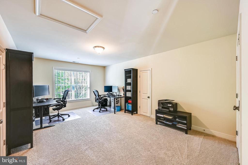 Spacious upper level bedroom with tons of storage - 3428 COHASSET AVE, ANNAPOLIS
