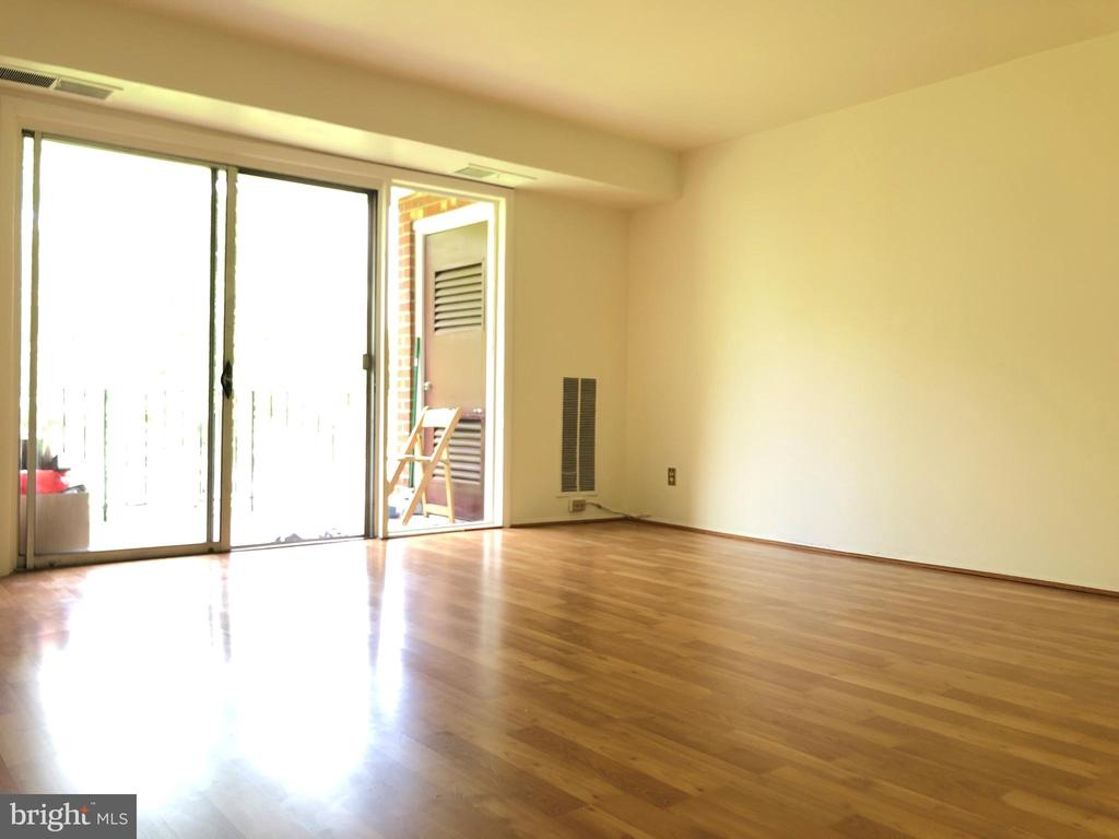 Spacious living room - 3975 LYNDHURST DR #303, FAIRFAX