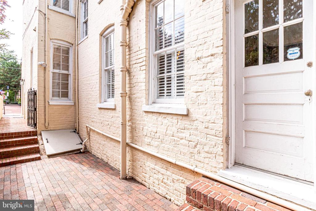 Door from kitchen enters onto side patio. - 116 S PITT ST, ALEXANDRIA
