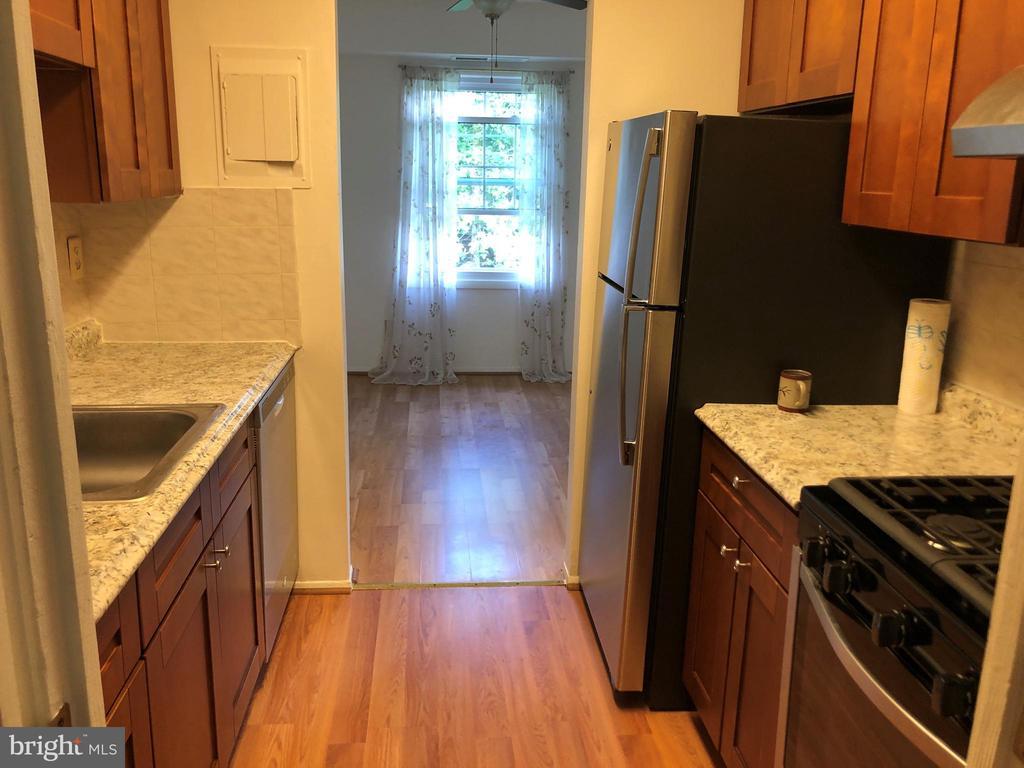 Upgraded kitchen - 3975 LYNDHURST DR #303, FAIRFAX