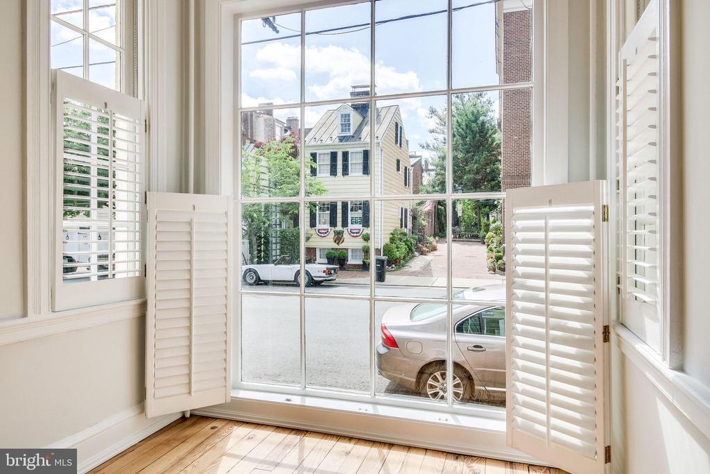 16-pane window overlooks G. Washington's townhouse - 116 S PITT ST, ALEXANDRIA