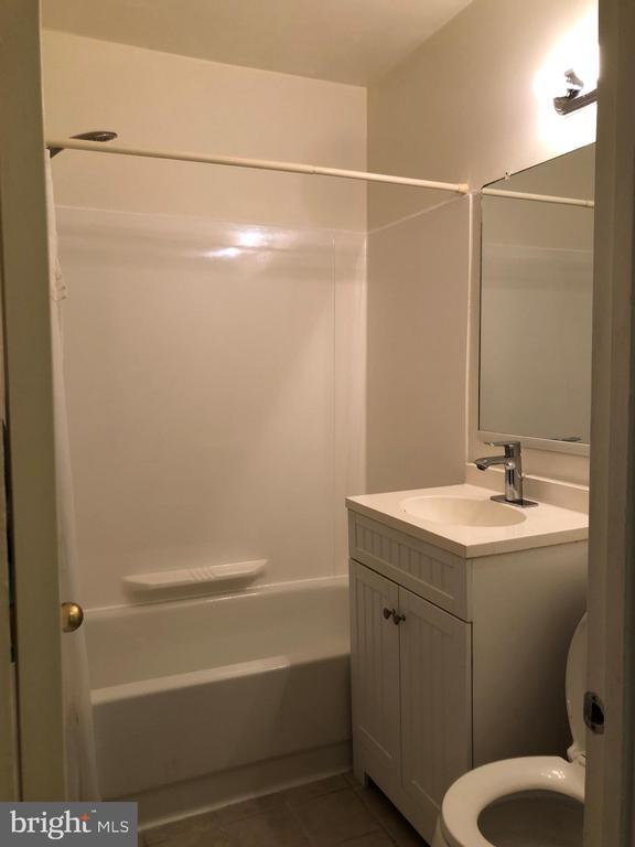 Updated bathroom - 3975 LYNDHURST DR #303, FAIRFAX