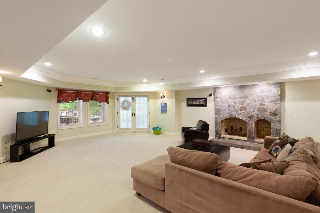 Family Room With Fireplace Walkout to Pool Area - 3722 HIGHLAND PL, FAIRFAX