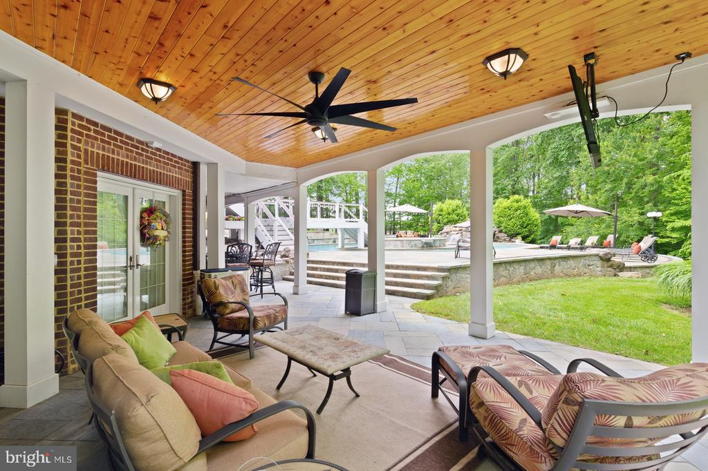 Outdoor Living Area With Ceiling Fan & TV - 3722 HIGHLAND PL, FAIRFAX