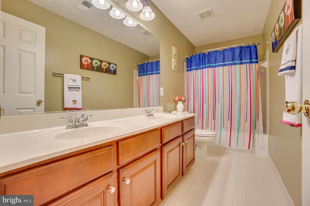 upstairs bath - 147 SANFORD FERRY CT, FREDERICKSBURG