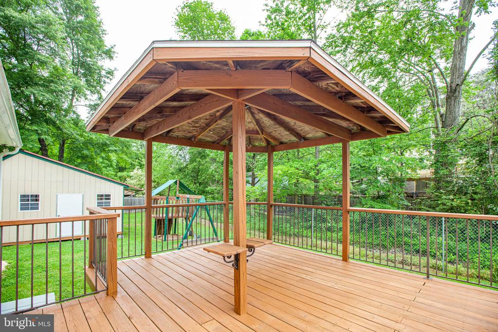 Gazebo-style roof provides shade on a sunny day - 10905 DEERFIELD DR, FREDERICKSBURG