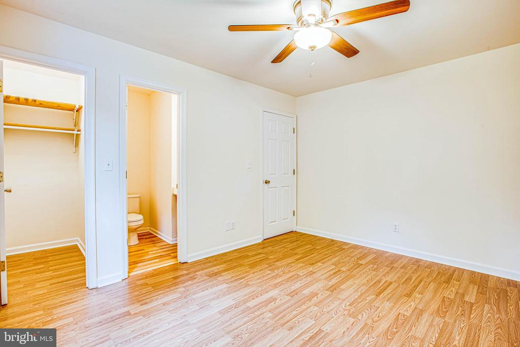 Bedroom 3 has a walk-in closet and half bath - 10905 DEERFIELD DR, FREDERICKSBURG