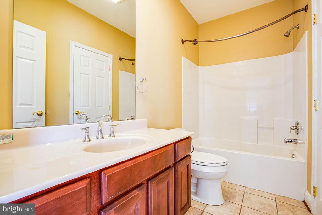 Bath #4 upstairs - 9649 LOGAN HEIGHTS CIR, SPOTSYLVANIA