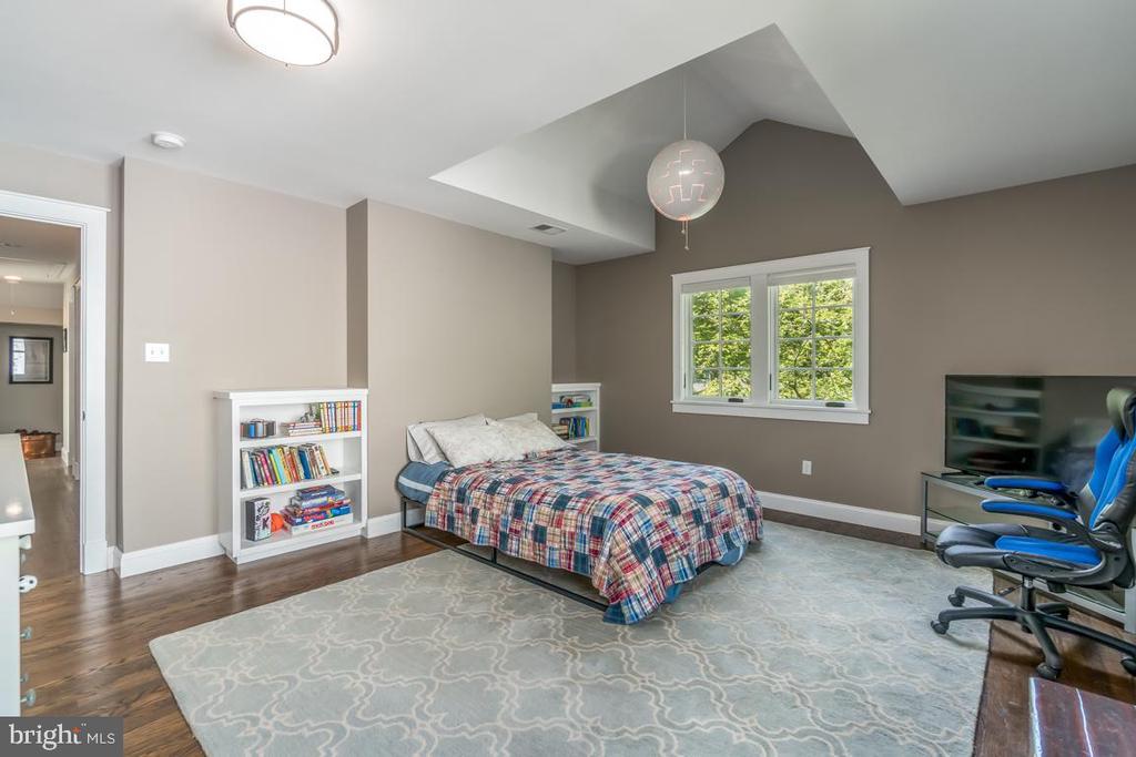 Large bedroom w/ built-in shelves & cool ceiling - 5000 27TH ST N, ARLINGTON