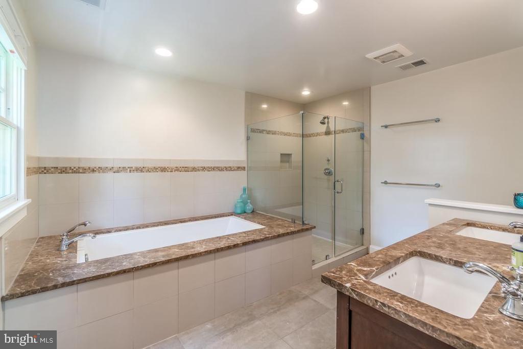 Separate shower - 5000 27TH ST N, ARLINGTON