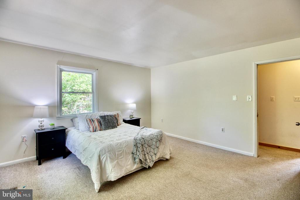 Large master bedroom! - 19355 YOUNGS CLIFF RD, STERLING