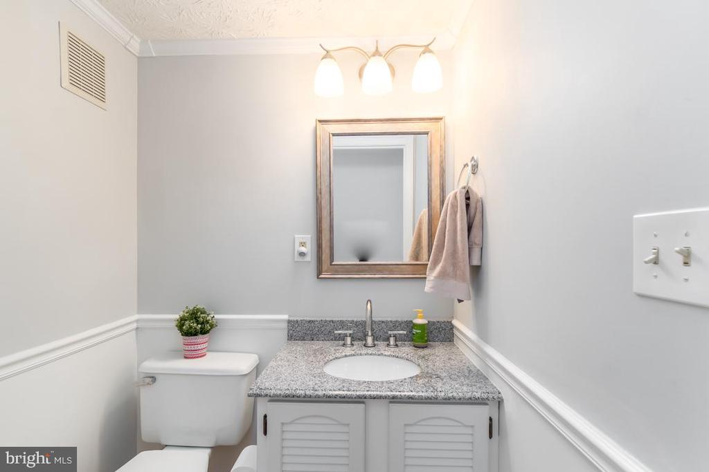 Half bath in main level - 401 KOJUN CT, STERLING