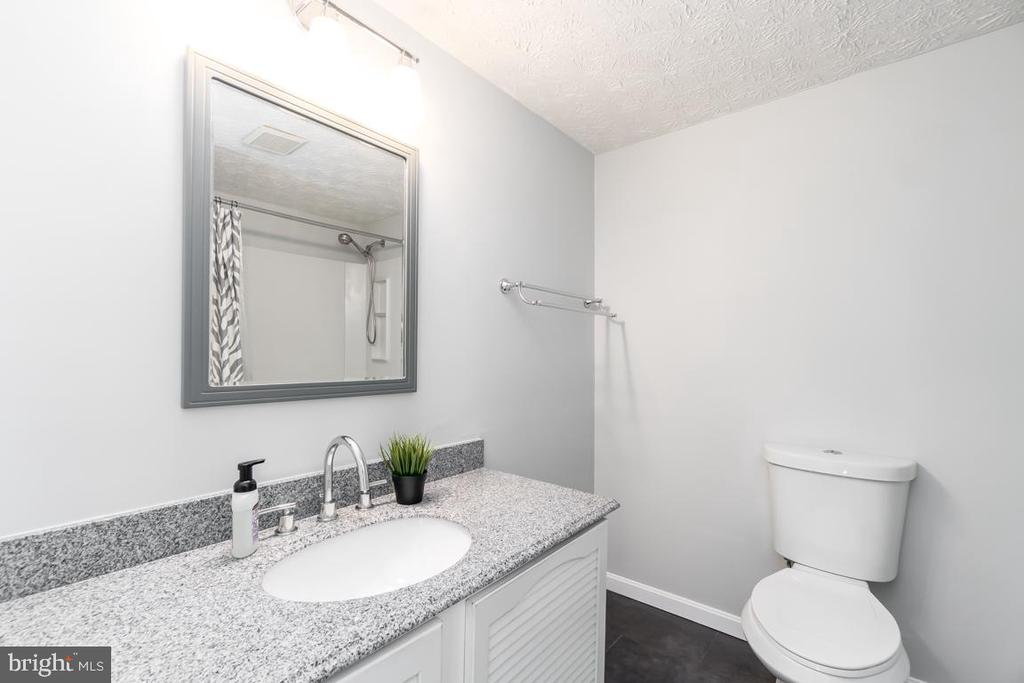 2nd Full bath with soaking bath Tub - 401 KOJUN CT, STERLING