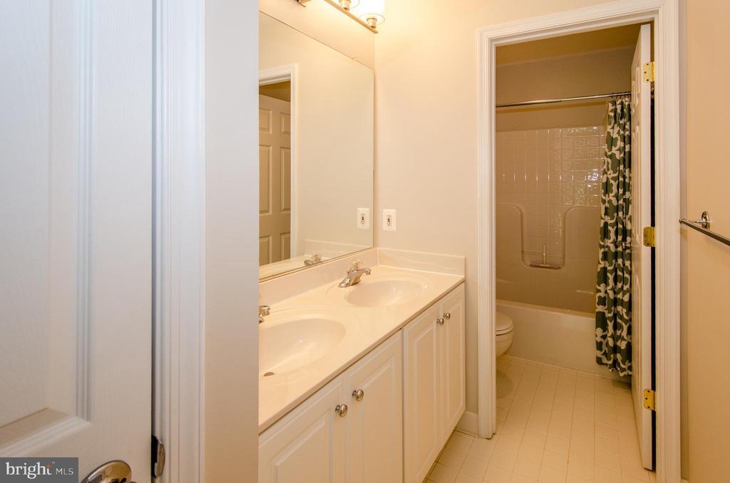 Hall bath with double vanities - 13652 MOUNTAIN RD, HILLSBORO