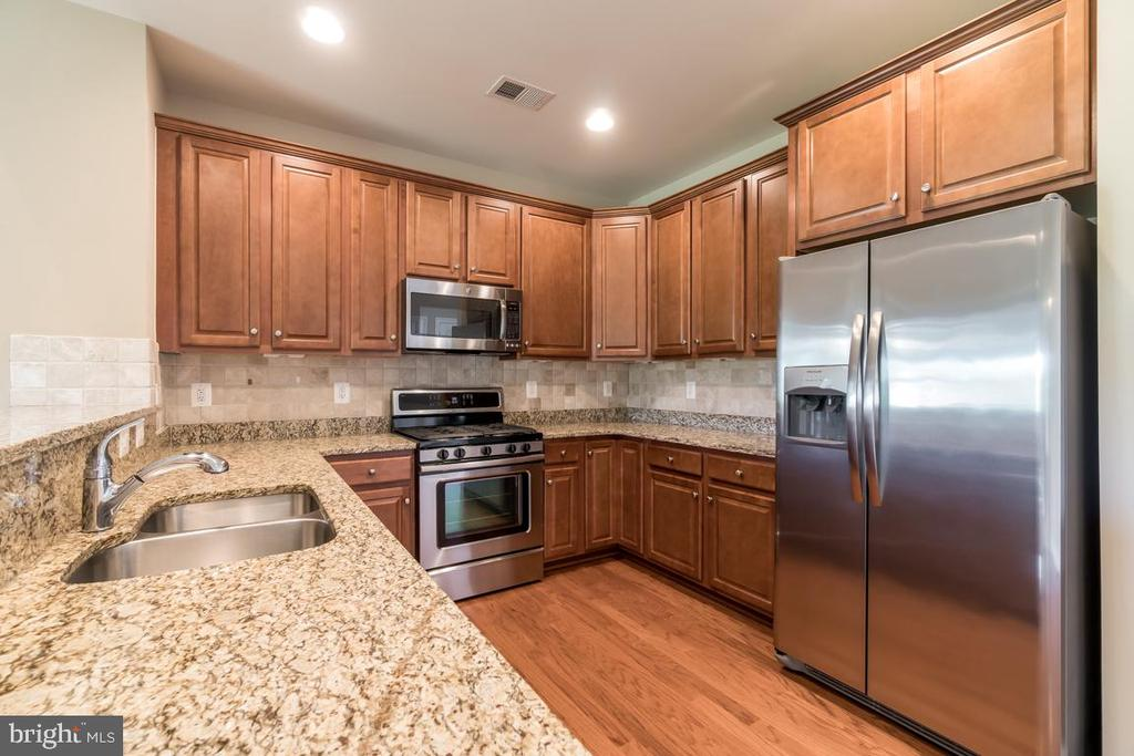 Granite counters and gas cooking - 20441 ISLAND WEST SQ, ASHBURN