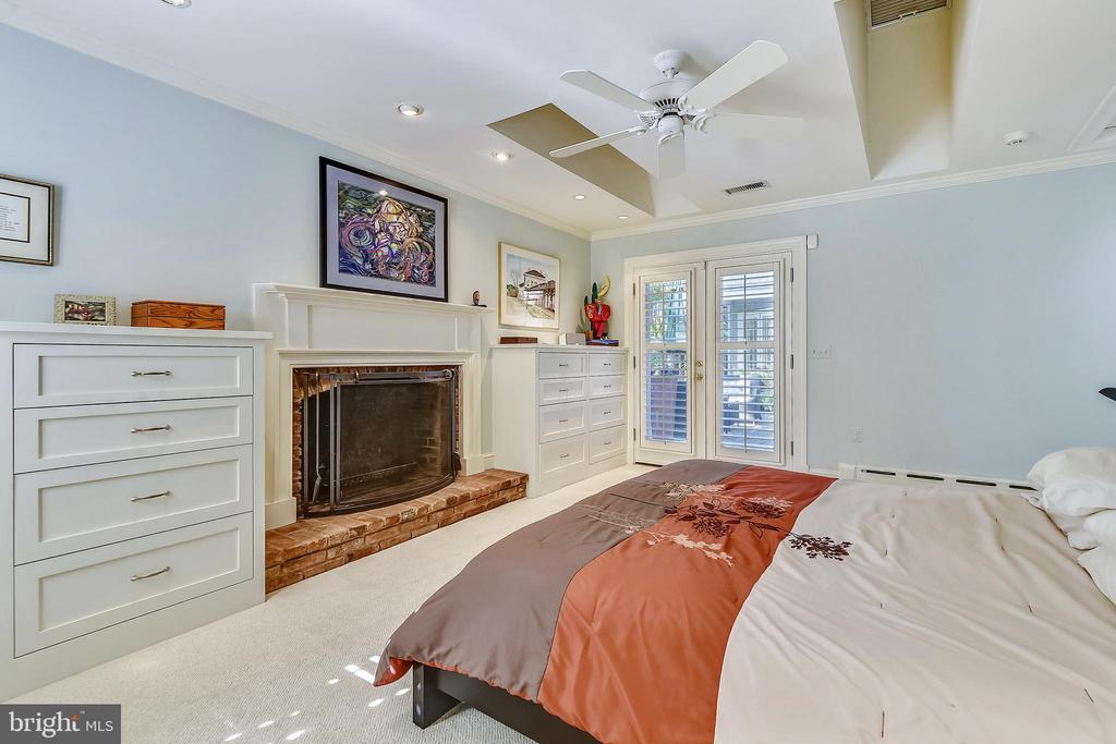 Masterbedroom with French doors to pool and patio - 1002 MOSS HAVEN CT, ANNAPOLIS