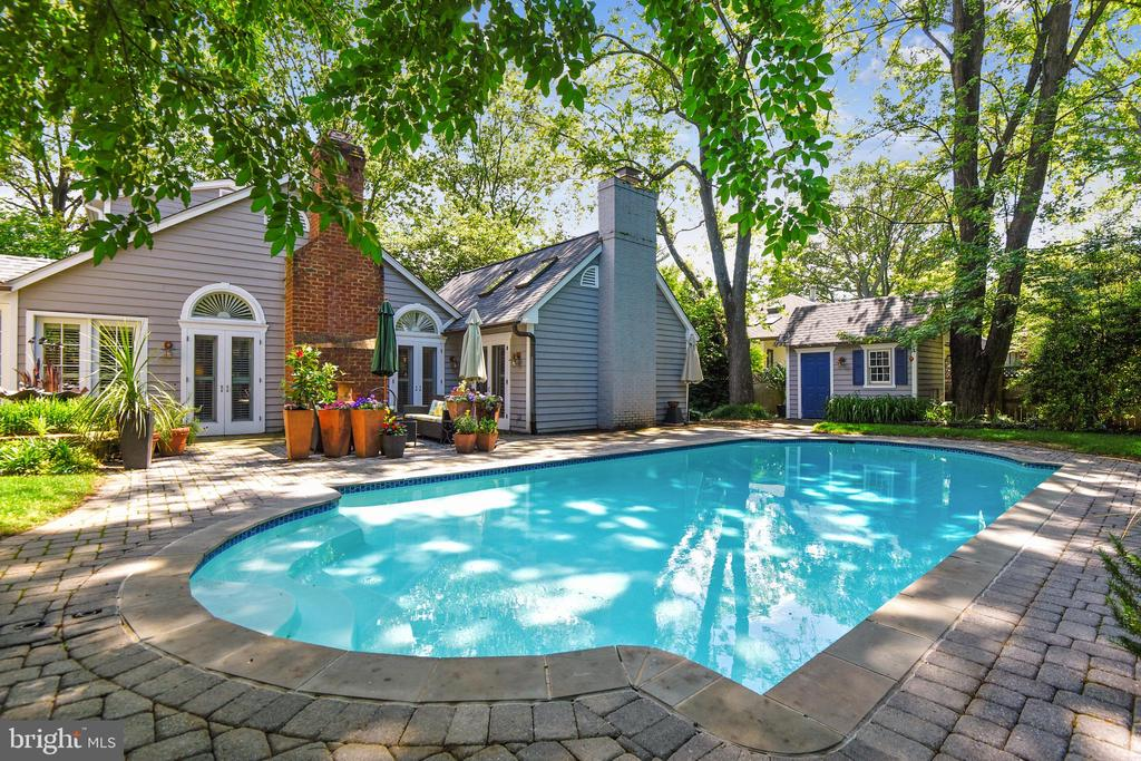 Heated pool with extensive hardscaping surrounding - 1002 MOSS HAVEN CT, ANNAPOLIS