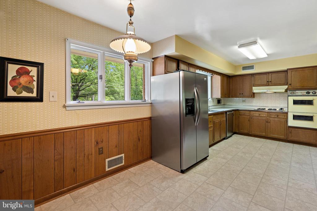 Kitchen with eat in area - 7413 SHENANDOAH AVE, ANNANDALE