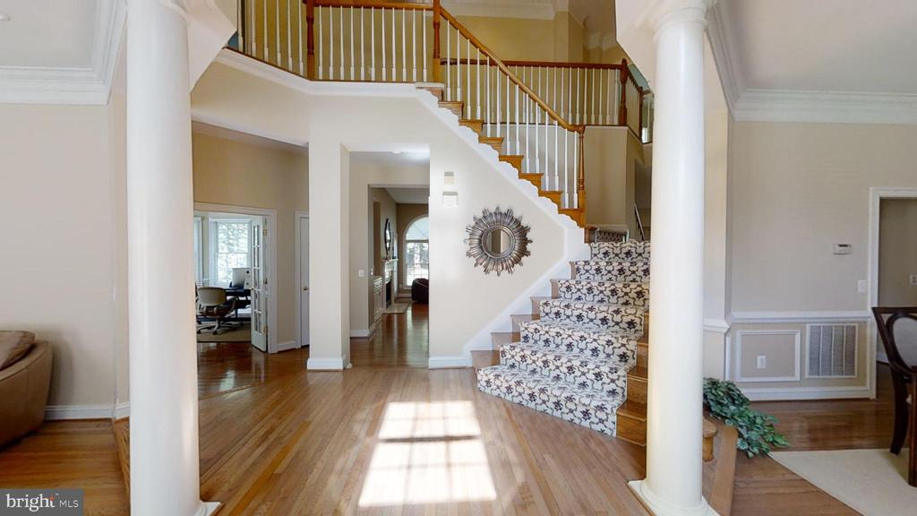 Elegant 2 story foyer - 47320 MIDDLE BLUFF PL, STERLING