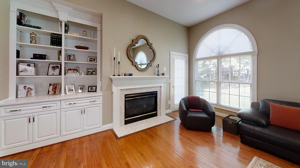 custom built in bookcase - 47320 MIDDLE BLUFF PL, STERLING