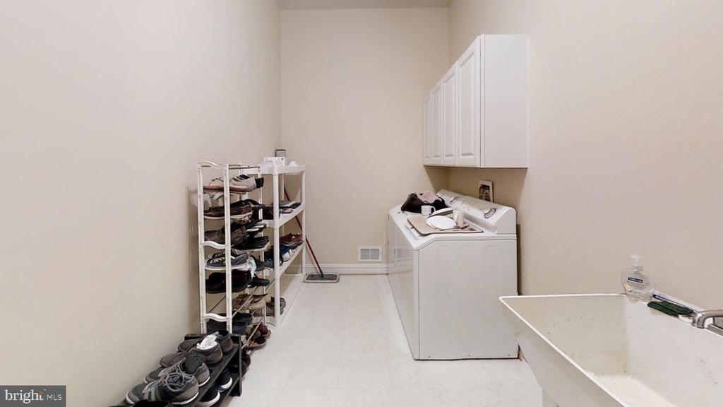 main level laundry/mudroom - 47320 MIDDLE BLUFF PL, STERLING