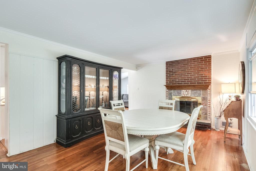 Separate Dining Room with fireplace - 322 MT VERNON PL, ROCKVILLE