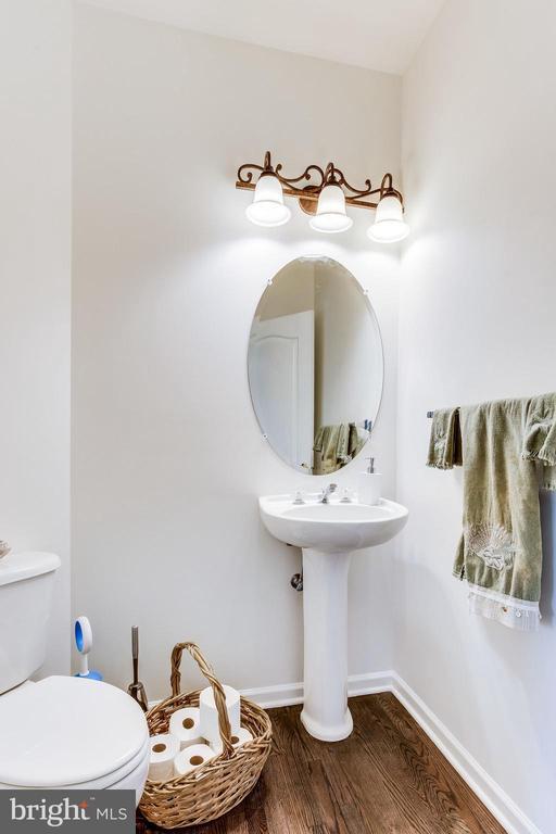 Convenient main level powder room - 22766 OATLANDS GROVE PL, ASHBURN