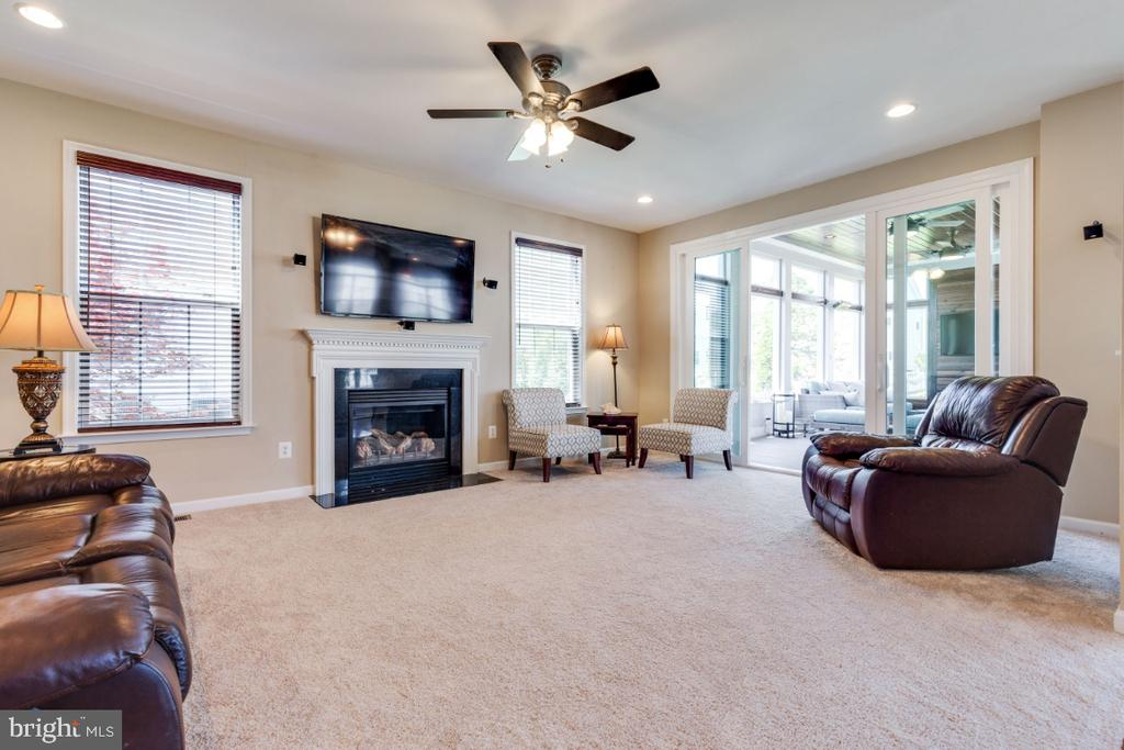 Open Family Room Leading to Screened in Deck - 21921 SILVERDALE DR, ASHBURN