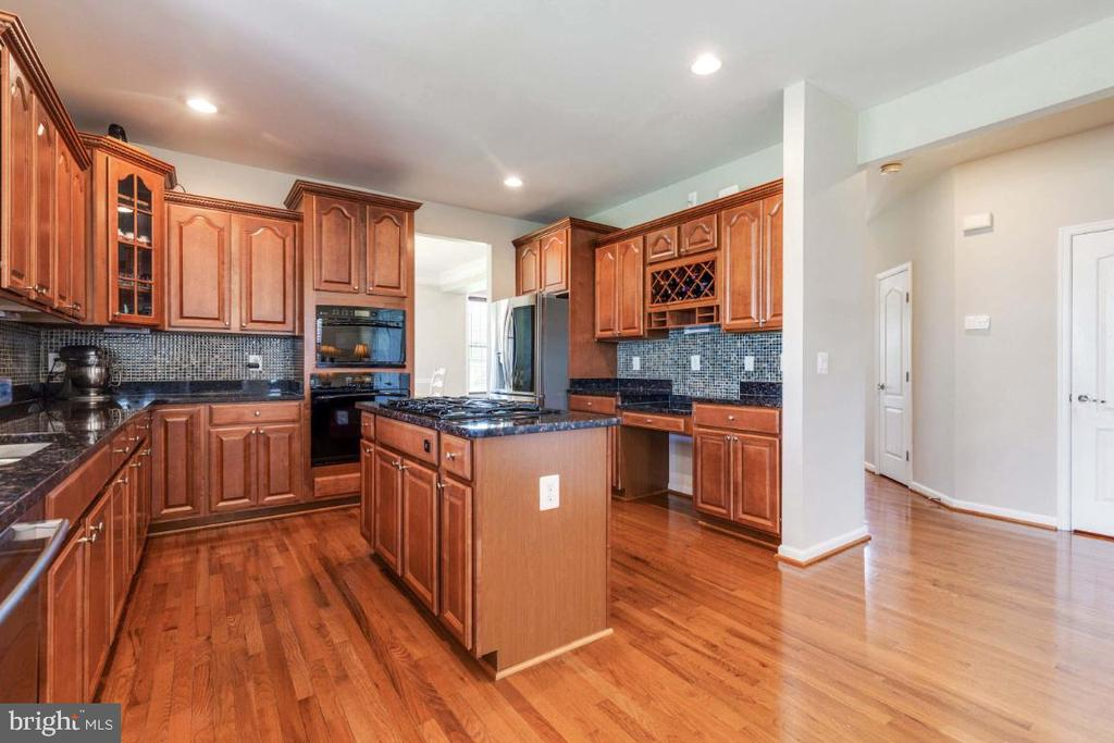 Gourmet Kitchen with Upgraded Cabinetry - 21921 SILVERDALE DR, ASHBURN
