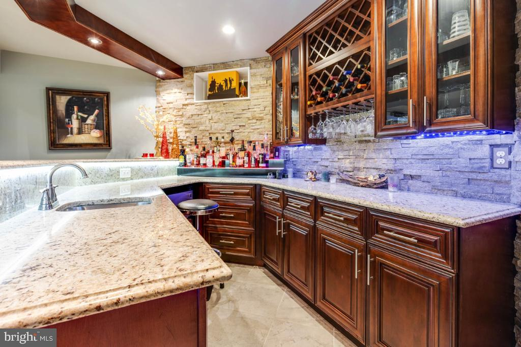 Custom Wet Bar with Granite Counters - 21921 SILVERDALE DR, ASHBURN