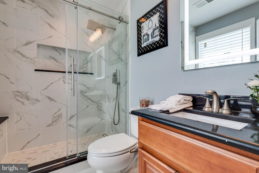 Remodeled Full Bathroom in the 5th Bedroom - 21921 SILVERDALE DR, ASHBURN