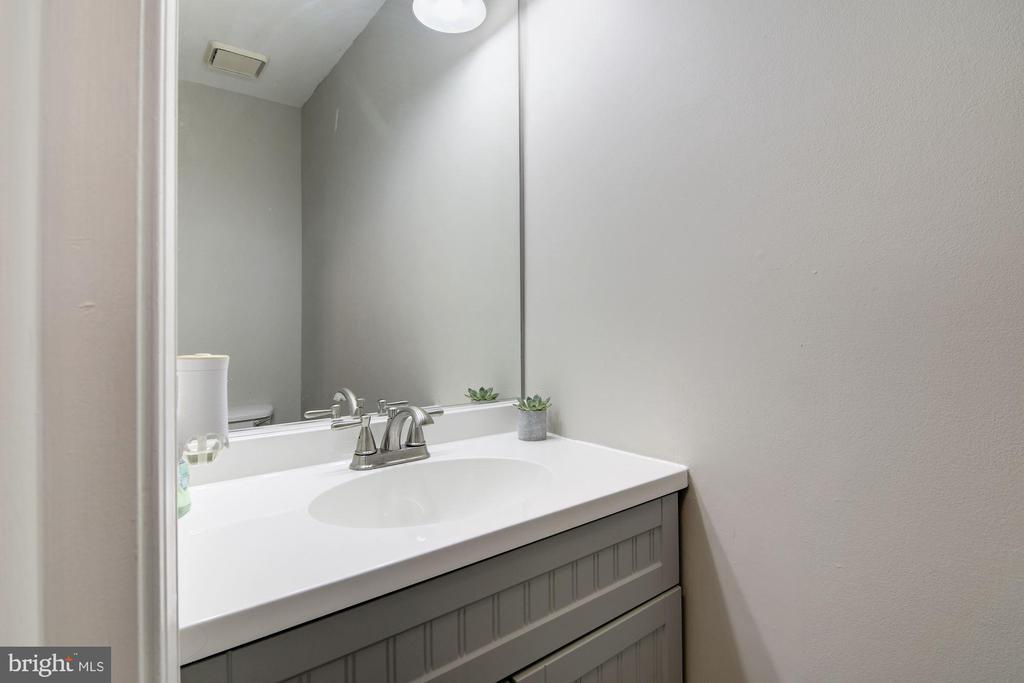 Updated Hall Bath - 7513 COLLINS MEADE WAY, ALEXANDRIA